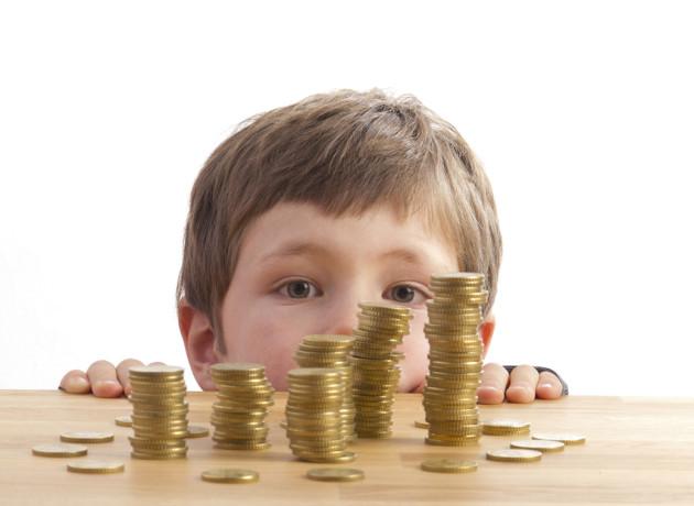 Junge schaut sich Geldt?rme an